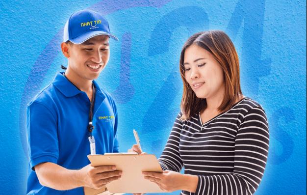 Nhân viên giao nhận hàng hóa sẵn sàng giải đáp thắc mắc của khách hàng